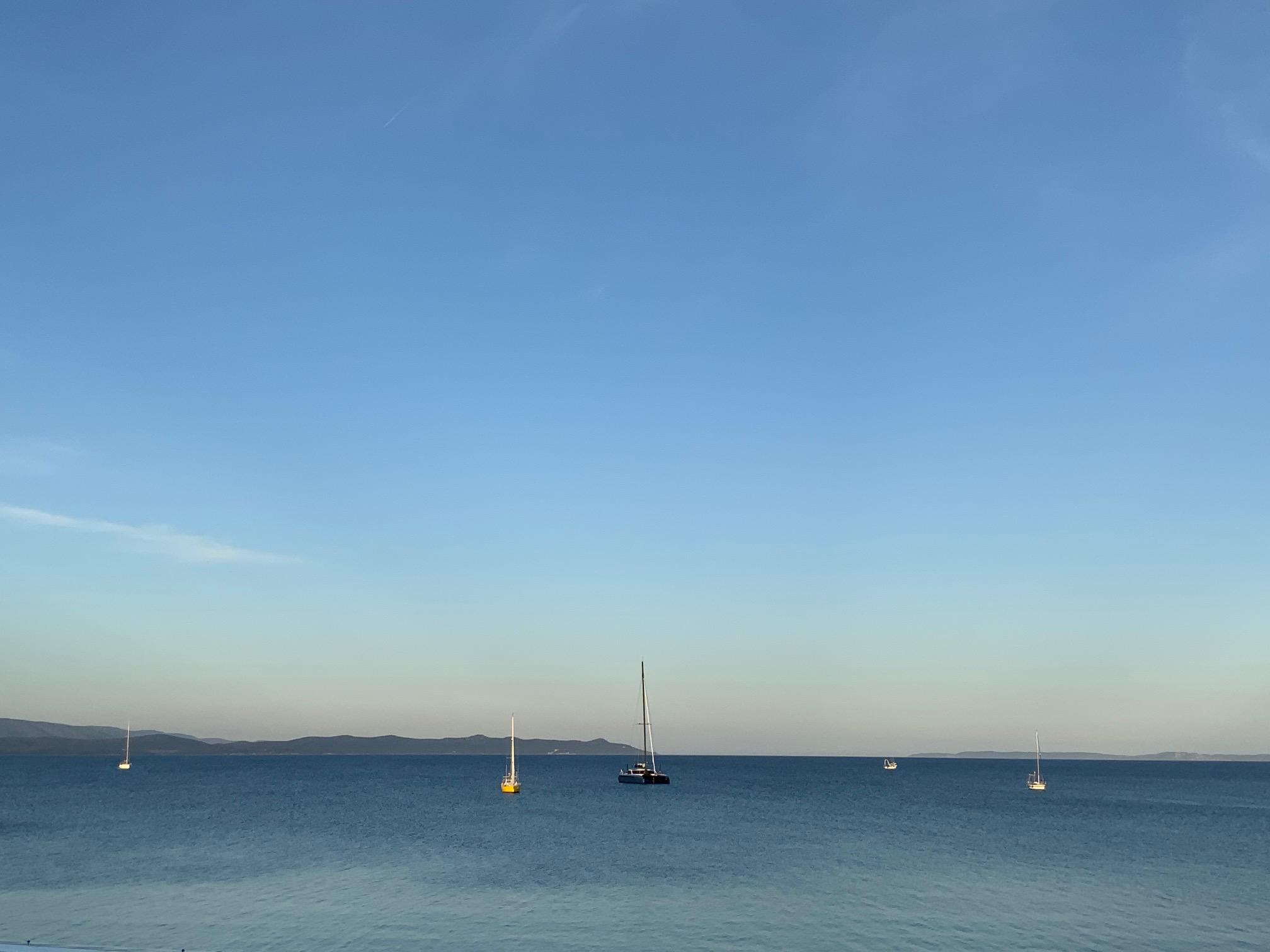 Un beau paysage de la mer et des bateaux